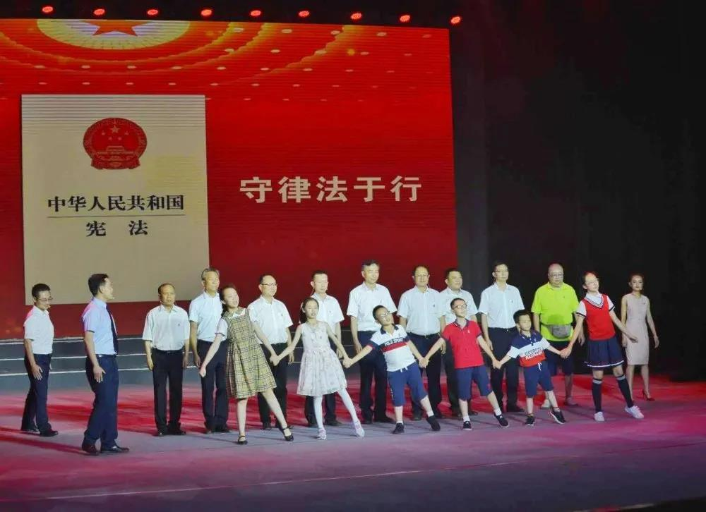 云南中烟开展普法主题展演 呈上五年普法硕果