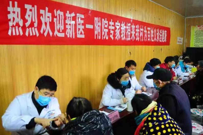 义诊团的专家向群众宣传讲解常见疾病相关知识 张峰 摄