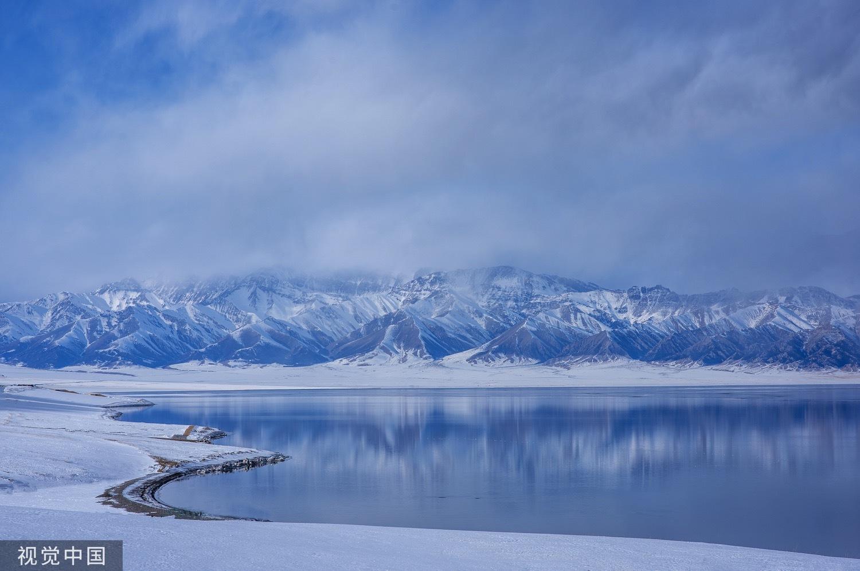 """赛里木湖位于天山北坡,紧邻伊犁河谷地带,来自大西洋的充足水汽受地形抬升影响,形成充沛降水,让这里成为大西洋暖湿气流最后眷顾的地方,赛里木湖也因此被称为""""大西洋的最后一滴眼泪""""。"""
