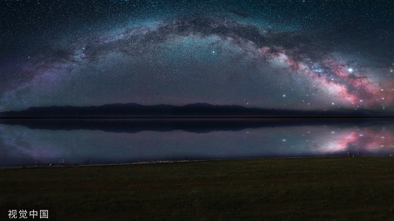 浩瀚的星空连着无际的湖水,干净而纯粹,满天的繁星如同璀璨的钻石,撒在天鹅绒般的夜空里。