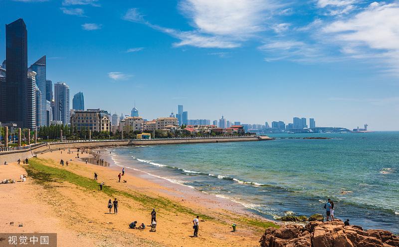 山東青島,海濱風景區內有天然濱海、沙灘、礁巖等自然景觀,還有各式歐陸風情的建筑,山、海、城在這里相融。煒煒/視覺中國