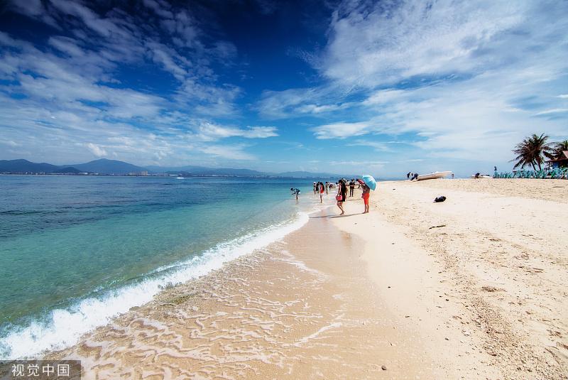 """海洋是地球生命的搖籃,有著神秘又無窮的力量。每年的6月8日是世界海洋日,一起來感受那時而壯闊、時而靜謐的美吧。海南三亞,""""潛水圣地""""西島,澄澈的海水與松軟的沙灘令游人流連忘返。韓陽/視覺中國"""