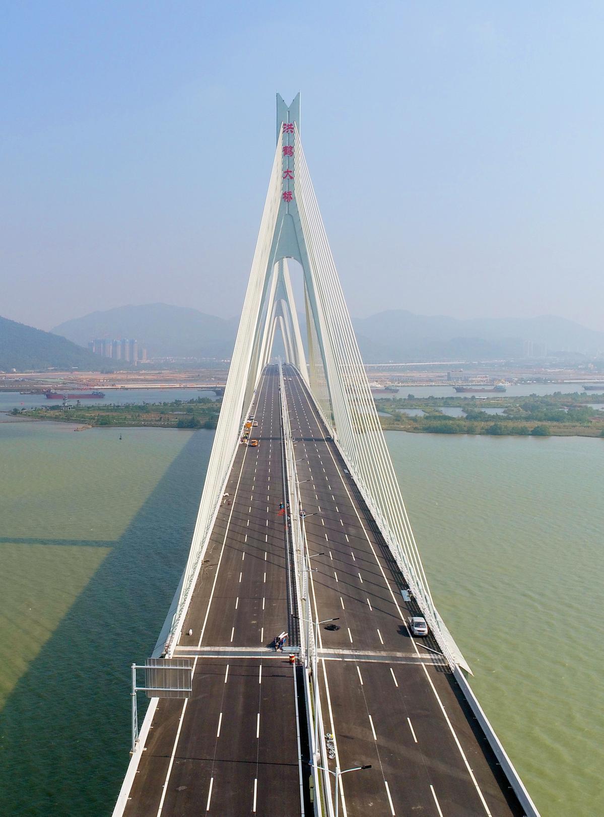 洪鶴大橋全長9.65公里,設雙向六車道,設計時速為每小時100公里。大橋主橋1940米,由兩座主跨500米雙塔雙索面疊合梁斜拉橋串聯而成。(攝影:張洲)