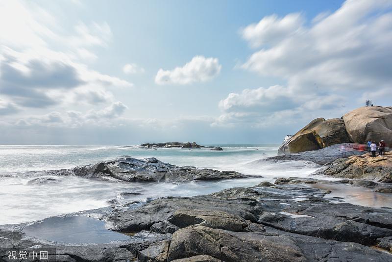 海南文昌,海水擊打礁石,揚起浪花朵朵。馬迪/視覺中國