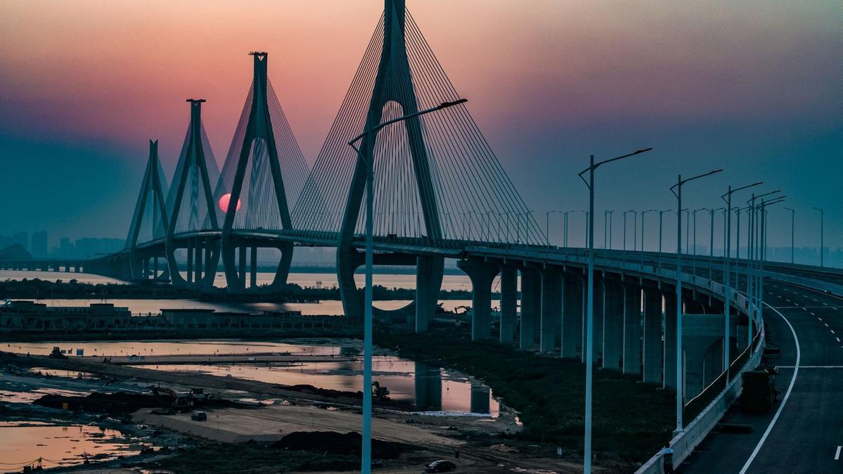 洪鶴大橋作為港珠澳大橋西延通道上的重要組成部分,為港澳經濟直接向珠海西部城區及粵西輻射發揮重要紐帶作用。(攝影:李建束)
