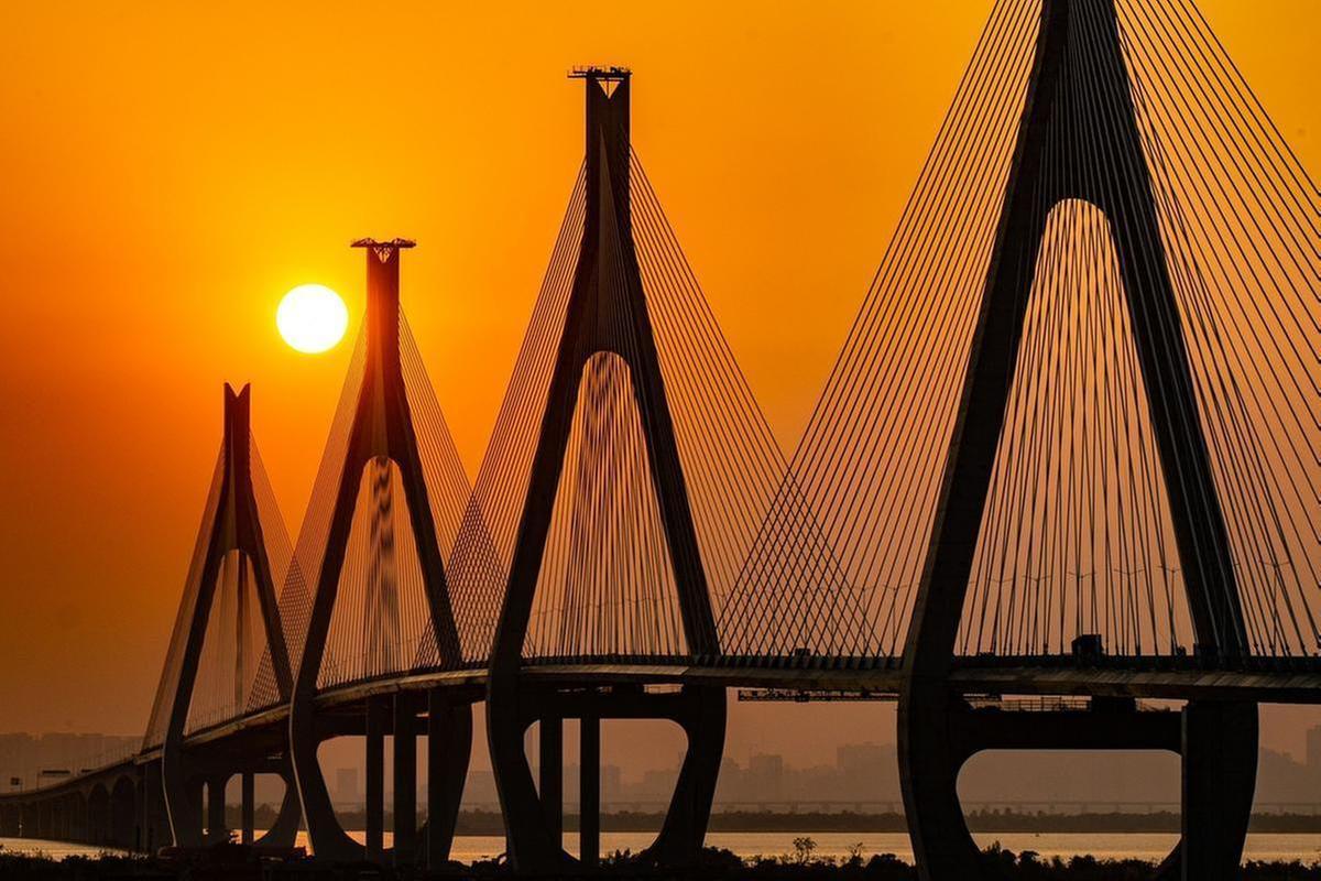 夕陽下的洪鶴大橋,非常壯觀?。〝z影:李建束)